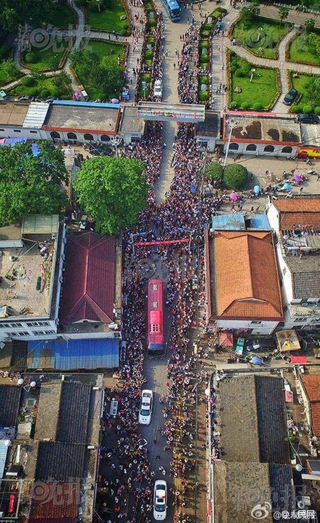 Choáng trước cảnh tượng hàng chục ngàn phụ huynh Trung Quốc tiễn con lên đường đi thi Đại học - Ảnh 1.
