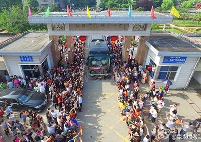 Choáng trước cảnh tượng hàng chục ngàn phụ huynh Trung Quốc tiễn con lên đường đi thi Đại học - Ảnh 5.
