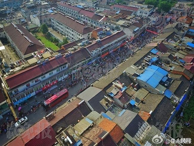 Choáng trước cảnh tượng hàng chục ngàn phụ huynh Trung Quốc tiễn con lên đường đi thi Đại học - Ảnh 6.