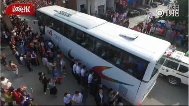 Choáng trước cảnh tượng hàng chục ngàn phụ huynh Trung Quốc tiễn con lên đường đi thi Đại học - Ảnh 8.