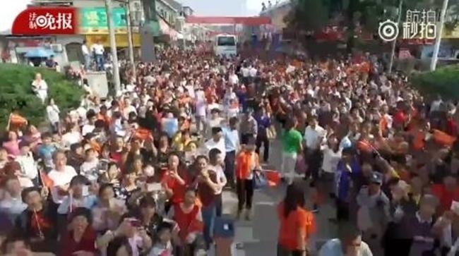 Choáng trước cảnh tượng hàng chục ngàn phụ huynh Trung Quốc tiễn con lên đường đi thi Đại học - Ảnh 9.