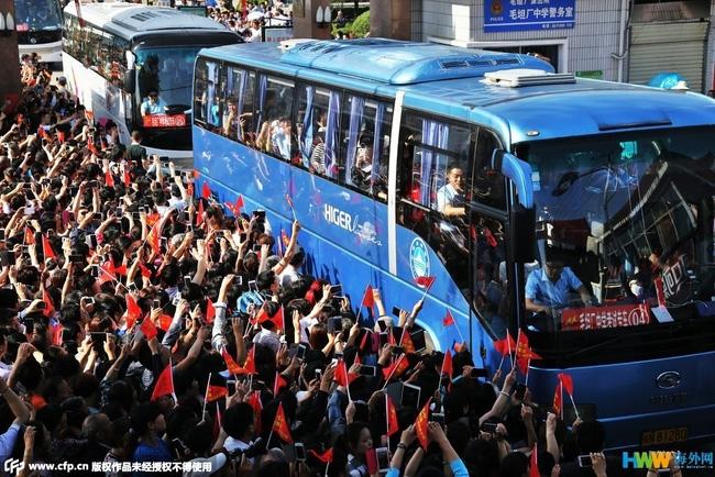 Choáng trước cảnh tượng hàng chục ngàn phụ huynh Trung Quốc tiễn con lên đường đi thi Đại học - Ảnh 10.