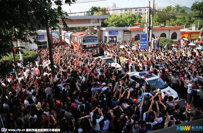 Choáng trước cảnh tượng hàng chục ngàn phụ huynh Trung Quốc tiễn con lên đường đi thi Đại học - Ảnh 13.