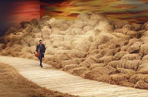 40 tấn rơm được trải đều suốt 62 m chiều dài sàn catwlak, tạo nên khung cảnh đồng quê yên ả.