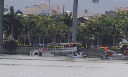Tàu du lịch Thảo Vân 2 chìm trên sông Hàn khiến 3 người chết và hàng chục người bị thương, hoảng loạn. Ảnh: Thanh Trần.