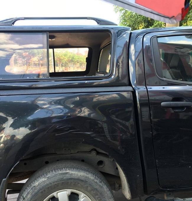 Vĩnh Phúc: Nam thanh niên nghi ngáo đá cầm dao chém liên tiếp vào cửa kính 4 xe ôtô - Ảnh 1.