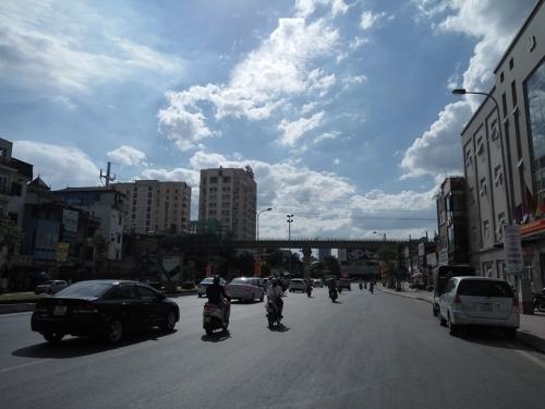 Nắng nóng đỉnh điểm, cuộc sống người Hà Nội bị đảo lộn - Ảnh 1
