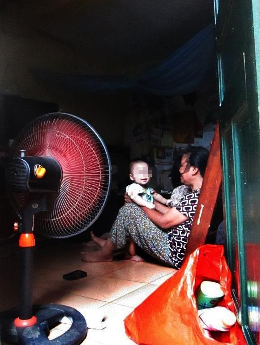 Căn nhà nhỏ của gia đình bà Lưu nằm sâu trong ngõ 72 Cầu Gỗ. Ảnh: Nông Thuyết