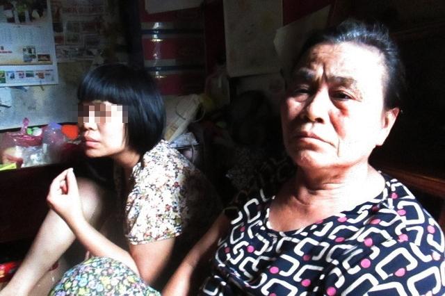 Bà Lưu và người con gái đầu lòng bị điên. Ảnh: Nông Thuyết