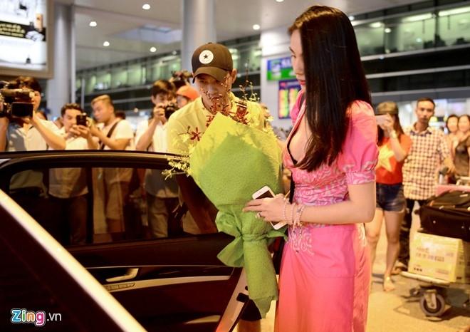 Thuy Tien ra san bay don Cong Vinh cung tuyen Viet Nam hinh anh 2