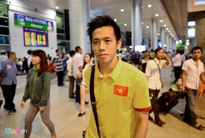 Thuy Tien ra san bay don Cong Vinh cung tuyen Viet Nam hinh anh 6
