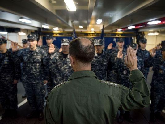 Đô đốc John Richardson động viên thủy thủ trên tàu. Ảnh: NAVY TIMES