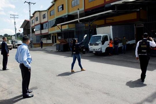 Venezuela: Đụng độ tại kho lương thực, 1 phụ nữ bị bắn giữa mặt - Ảnh 1.
