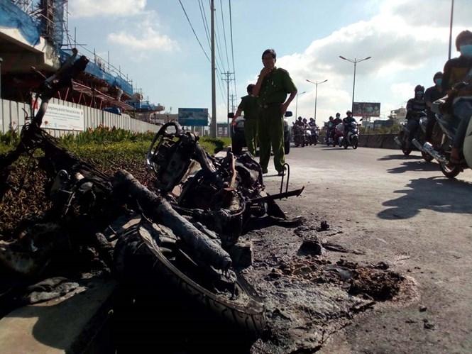 Xe máy cháy rụi trên xa lộ Hà Nội sáng 3.6 ///  Ảnh: Công Nguyên
