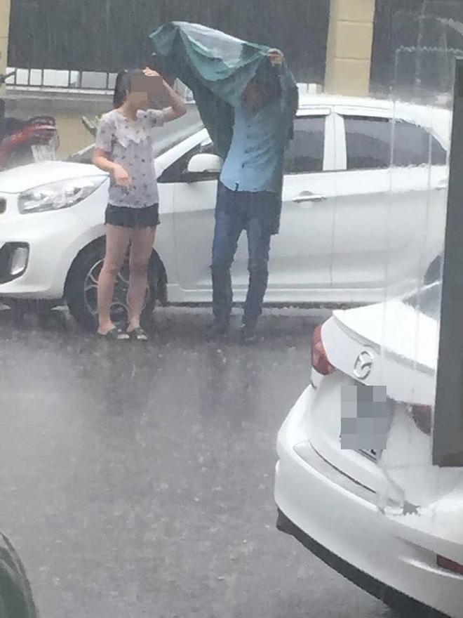 Cô gái đầu trần, đứng dầm mưa giữa phố Hà Nội - Ảnh 2.