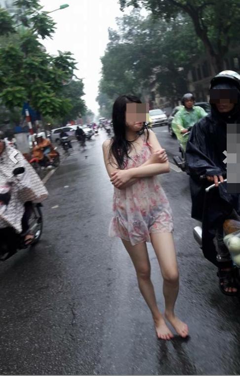 Cô gái đầu trần, đứng dầm mưa giữa phố Hà Nội - Ảnh 4.