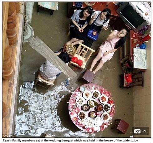 Đám cưới mùa ngập, khách mời chèo xuồng đi ăn tiệc - ảnh 3
