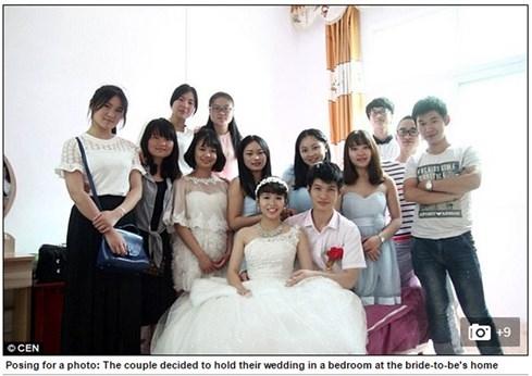 Đám cưới mùa ngập, khách mời chèo xuồng đi ăn tiệc - ảnh 5