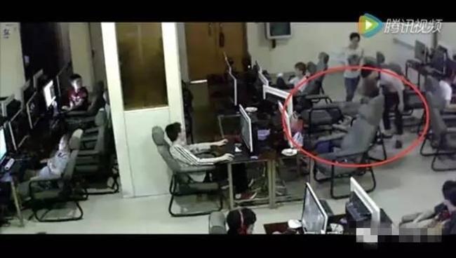 Chàng trai trẻ bị điện giật chết vì vừa sạc pin vừa chơi điện thoại trong quán net - Ảnh 6.