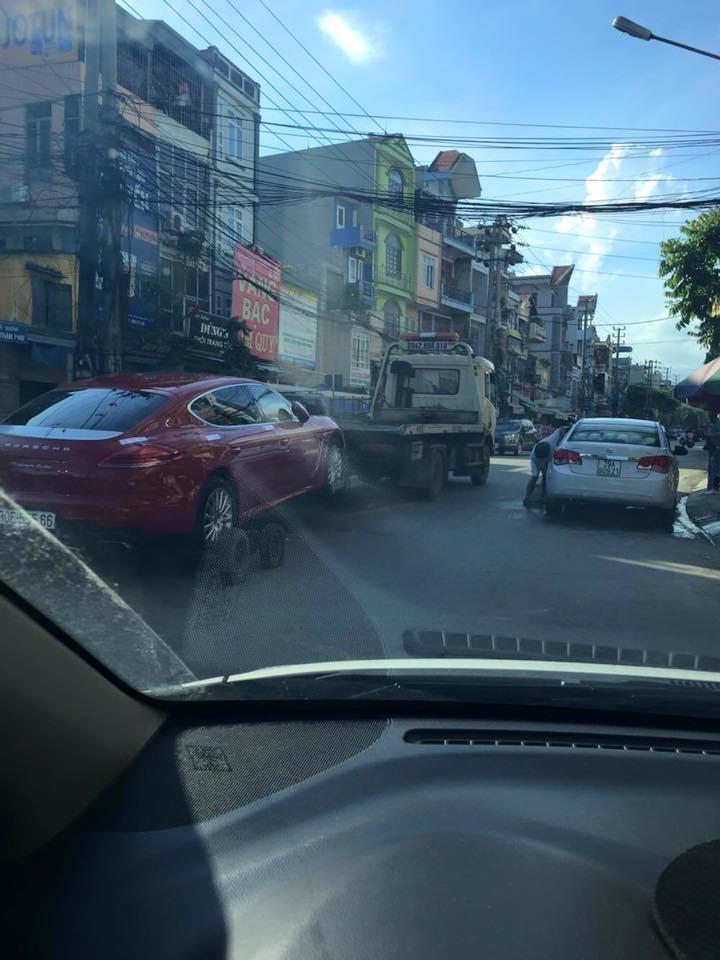 Cảnh tượng chiếc Porsche Panamera hàng độc tại Việt Nam bị kéo đi đã khiến nhiều người đi đường chú ý.
