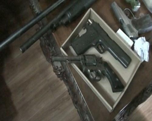 Dùng súng đe dọa vợ, khám xét nhà phát hiện 'bộ sưu tập' hàng nóng - Ảnh 2