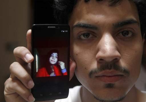 Hasan Khan cho xem hình vợ, cô Zeenat Rafiq, lưu trong điện thoại. Ảnh: AP