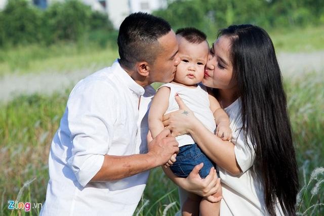 Người vợ trẻ Lam Trang đã đồng cam cộng khổ cùng Tú Dưa trong suốt những năm qua. Sau đám cưới vào tháng 3/2014, cặp đôi đón quý tử - bé Phúc Minh, và vun vén tổ ấm hạnh phúc
