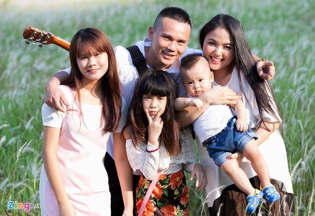 Nhạc sĩ, ca sĩ Anh Tú hạnh phúc bên người vợ hiện tại và các con.