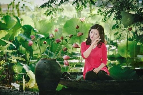 Thiếu nữ xinh đẹp bên cánh đồng hoa sen khiến triệu người mê đắm - Ảnh 4