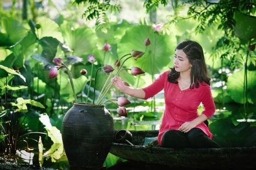 Thiếu nữ xinh đẹp bên cánh đồng hoa sen khiến triệu người mê đắm - Ảnh 5