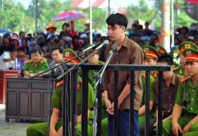 Vụ thảm sát ở Bình Phước: Nguyễn Hải Dương quỳ gối xin lỗi gia đình Vũ Văn Tiến - Ảnh 2.