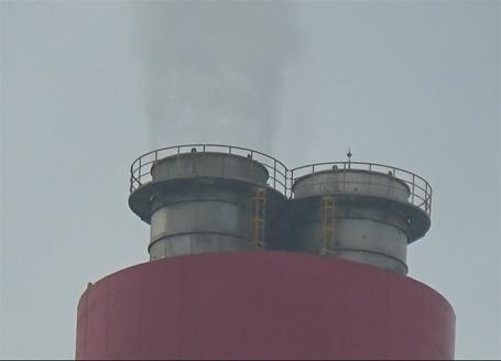 Hơi nước hình cột khói xả thải ra không trung tại Nhà máy nhiệt điện của Formosa. Người dân Kỳ Anh, Hà Tĩnh lo ngại nguồn khí thải này ảnh hưởng đến môi trường sống của họ.