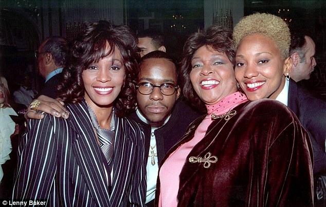 Chồng cũ tiết lộ gây sốc: Whitney Houston yêu bạn đồng giới - 1