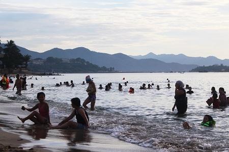 Người dân đi tắm biển từ rất sớm vì tin rằng sẽ xua đi vận xui.