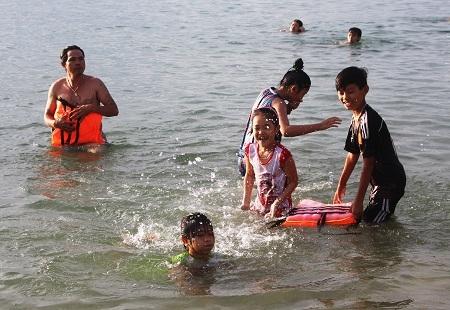 Người dân Nha Trang duy trì phong tục này từ xa xưa. Đây được coi là một lễ hội nước ở nhiều vùng biển.