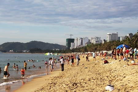 Dự kiến trong cả ngày hôm nay, lượng người đến tắm biển sẽ đông đến cuối ngày.
