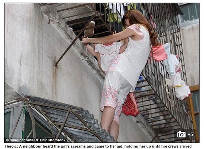 Cô hàng xóm tốt bụng đã giữ đứa trẻ trong 20 phút trong khi đợi người đến cứu /// Ảnh: chụp màn hình Daily Mail