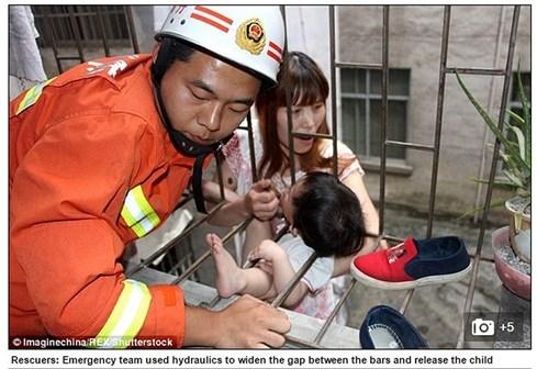 Nghịch dại, đứa bé kẹt cổ vào thanh sắt treo lơ lửng giữa không trung - 1