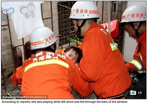 Nghịch dại, đứa bé kẹt cổ vào thanh sắt treo lơ lửng giữa không trung - ảnh 3