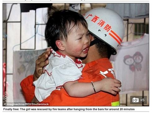 Nghịch dại, đứa bé kẹt cổ vào thanh sắt treo lơ lửng giữa không trung - 4