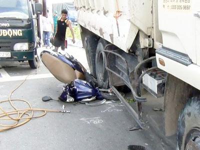 Ôtô tải tông hàng loạt xe máy đang dừng đèn đỏ