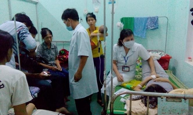 Nhiều người dân bị ngộ độc thực phẩm đang được chăm sóc tại BV điều dưỡng Cửa Tùng /// Ảnh: THANH LỘC