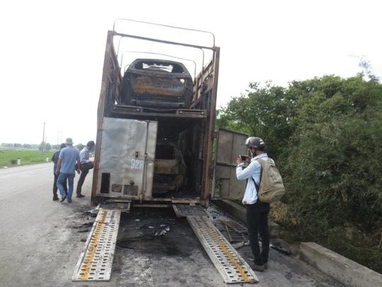 3 xe ô tô con trên chiếc xe đầu kéo đã bị ngọn lửa thiêu rụi.