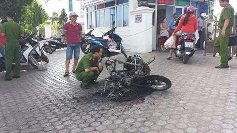 Giận vợ, chồng đốt trụi xe máy 2
