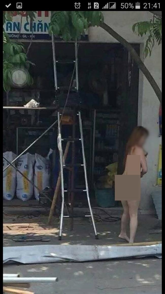Hà Nội: Clip cô gái nghi ngáo đá khỏa thân đi lại trên đường gây xôn xao - Ảnh 1.