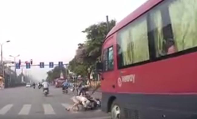 Clip: Người phụ nữ dừng đèn đỏ bị xe khách phía sau hất tung lên trời - Ảnh 2.