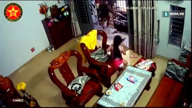 Tên cướp mở cổng xông vào giữa nhà, giật Ipad trên tay bé gái - Ảnh 2.