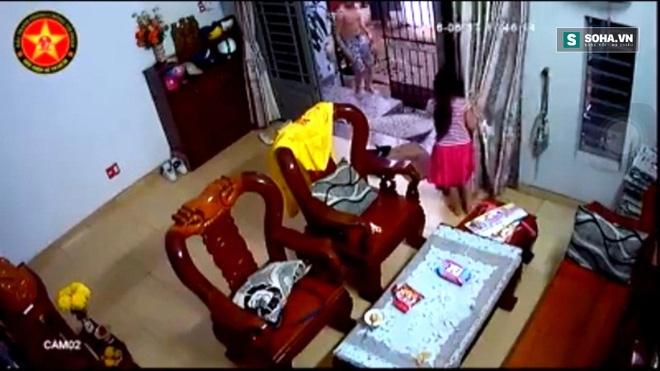 Tên cướp mở cổng xông vào giữa nhà, giật Ipad trên tay bé gái - Ảnh 3.