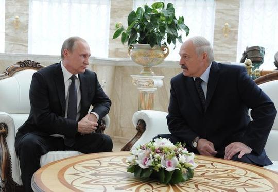 Ông Putin (trái) và ông Lukashenko thoải mái trò chuyện mà không biết đang bị ghi âm. Ảnh: BARCROFT