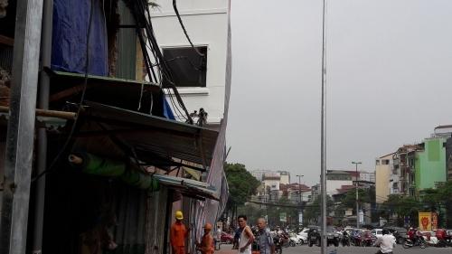 Vụ cột điện 'mọc' xuyên nhà dân: Chủ tịch phường lên tiếng - Ảnh 3